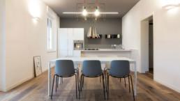 interno cucina con tavolo