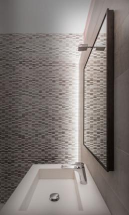 lavabo specchio e mosaico bagno