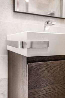 spigolo-lavabo-in-legno-+-grès-con-porta-asciugamani-in-acciao-inox