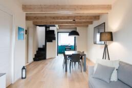 interno-casa-con-travi-a-vista-nero-bianco-legno