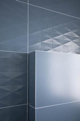piastrelle-esagnali-per-un-effetto-3D-su-bagno-moderno