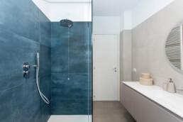 interno-bagno-close-up-box-doccia-con-pannelli-in-grès-blu-marine