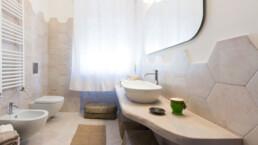 interno-bagno-legno-e-ceramica