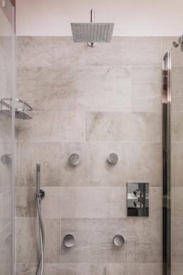 box-doccia-con-soffione-quadrato-e-idromassaggio-a-parete