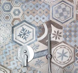 miscelatore-e-doccino-in-acciao-inox-su-parete-mosaico