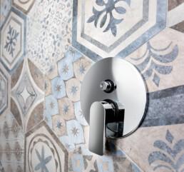 miscelatore-doccia-in-acciao-inox-sopra-grès-porcellanato