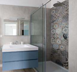 interno-bagno-moderno-con-parete-doccia-in-grès