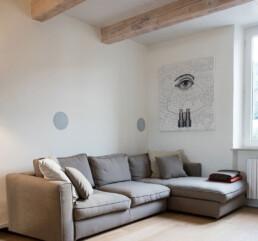 soggiorno-con-poster-creativo-e-soffitto-con-travi-a-vista