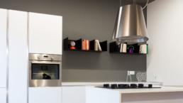 dettaglio cappa e piano cottura cucina